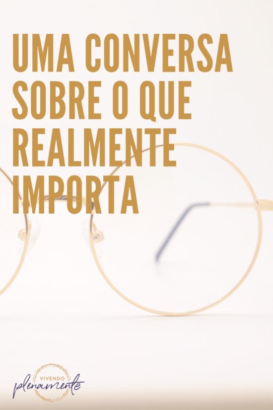 um óculos dourado de fundo com uma frase por cima